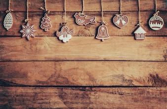 Decoração de natal pendurada em fundo de madeira com espaço