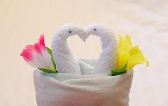 Decoração de toalha de cisne na cama