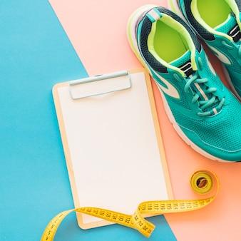 Decoração de treinamento com prancheta e sapatos