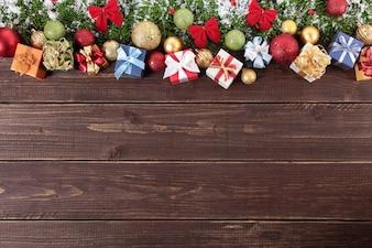 Decorações de Natal no fundo de madeira