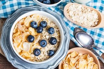 Delicioso café da manhã com cereais e mirtilos