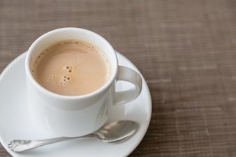 Delicioso café no copo branco