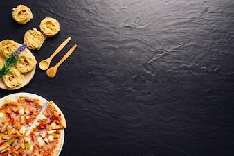 Delicioso conceito de comida italiana com espaço à direita