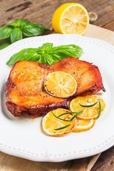 Delicioso frango com fatias de limão