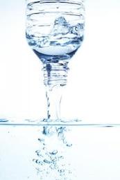 derramar água engarrafada