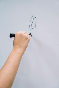 Desenho da mão do artista no quadro branco