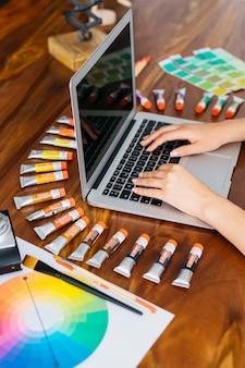 Designer gráfico digitando no laptop