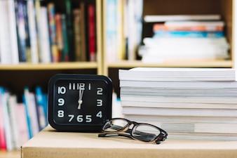Despertador e óculos