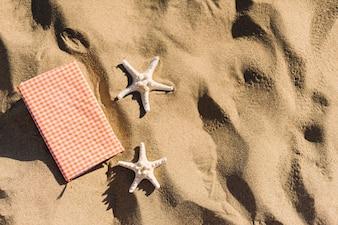 Diário e estrelas da estrela na areia