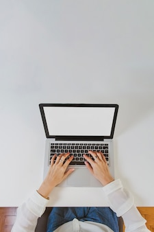 Digitando na parte superior do laptop