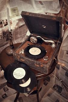 Discos de vinil e um jogador gravado idoso