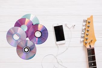Discos, guitarra e smartphone