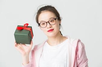 Disparado no estúdio da jovem asiática com um presente de Natal
