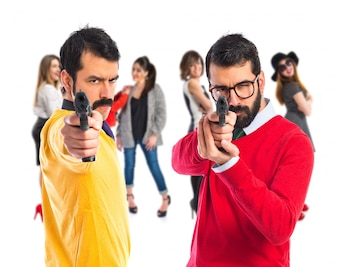 Dois irmãos atirando com uma pistola