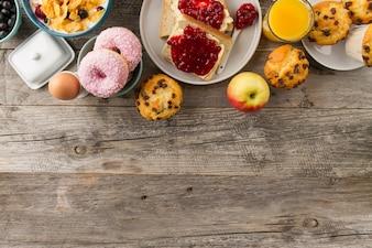 Donuts, cupcakes e maçã