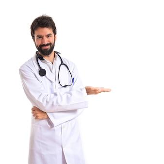 Doutor apresentando algo sobre fundo branco isolado