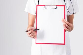 Doutor que mostra a prancheta em branco com a pena isolada em um fundo branco.