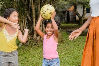Duas meninas brincando com bola