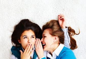 Duas meninas de tagarelice