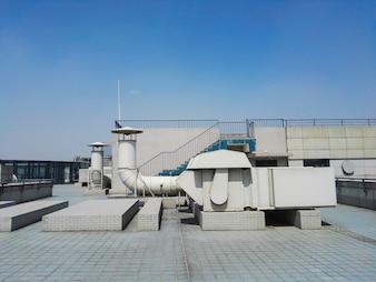 Duto de ventilação no telhado do edifício