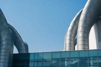 Edifício com tubos de ventilação