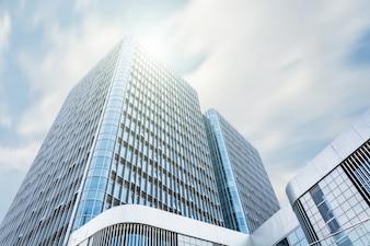Edifício gigante com o sol acima