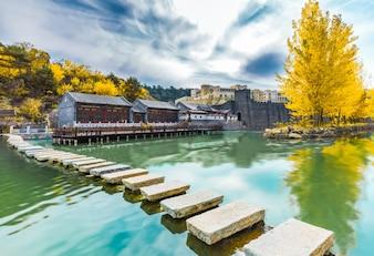 Edifícios antigos e rios, árvores de outono, áreas turísticas, China