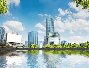 Edifícios modernos na margem do rio