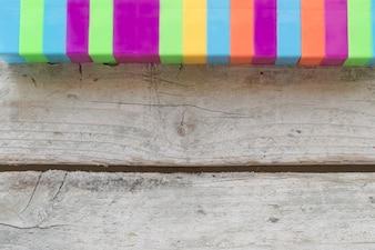 Elementos coloridos na textura de madeira