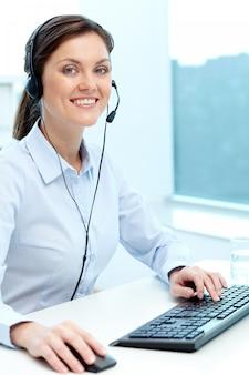 Empresária de trabalho on-line com um laptop e fone de ouvido