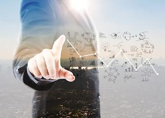 Empresário aponta gráficos e símbolos