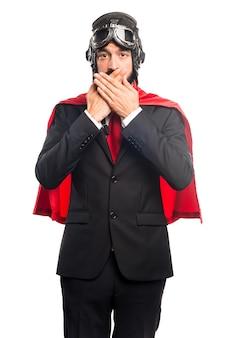 Empresário super-herói cobrindo sua boca
