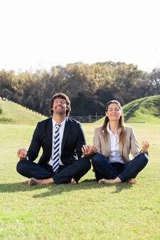 Empresários alegre na posição de lótus