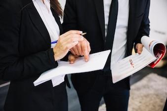 Empresários corporativos com documentos