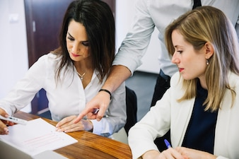 Empresários modernos que olham documentos