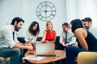 Empresários que têm o divertimento na reunião