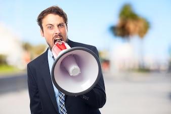 Empresário furioso com um megafone