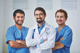 Equipa médica feliz no hospital