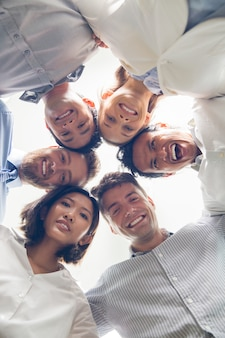 Equipe de negócios de sucesso abraçam e que sorriem