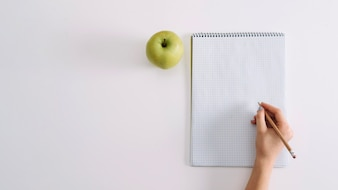 Escolher estudante com bloco de notas e maçã