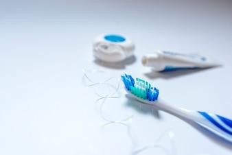Escova de dentes, creme dental e fio dental