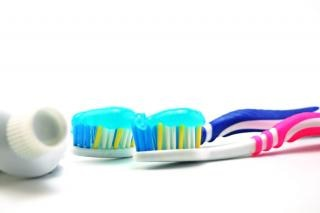 Escova dental e pasta, cole