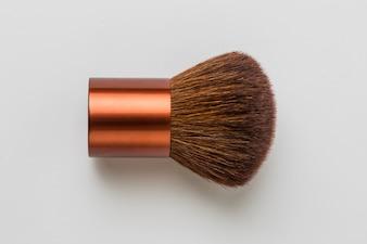 Escovas de maquiagem de madeira isolado no fundo branco