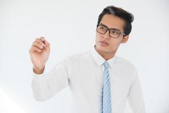 Escrita de empresário confiante com o marcador