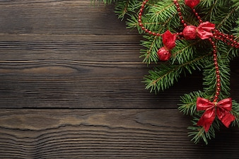 Escura mesa de madeira marrom com pinheiros de Natal decorada