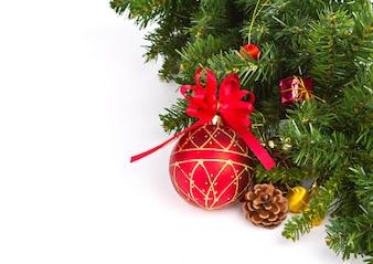 Esfera vermelha do Natal com decorações do Natal