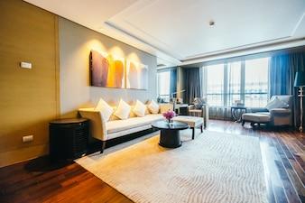 Espaçoso salão com um grande sofá