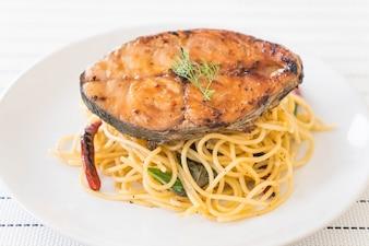 Espaguete com cavala grelhada