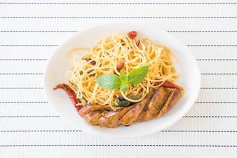 Espaguete com salsicha grelhada
