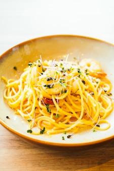 Espaguete e macarrão com camarão e molho